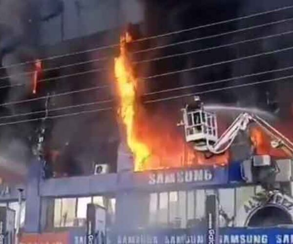 Terrible fire erupts at Hafeez center Lahore